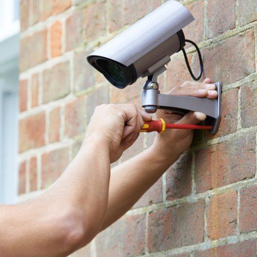 technieker installeert beveiligingscamera